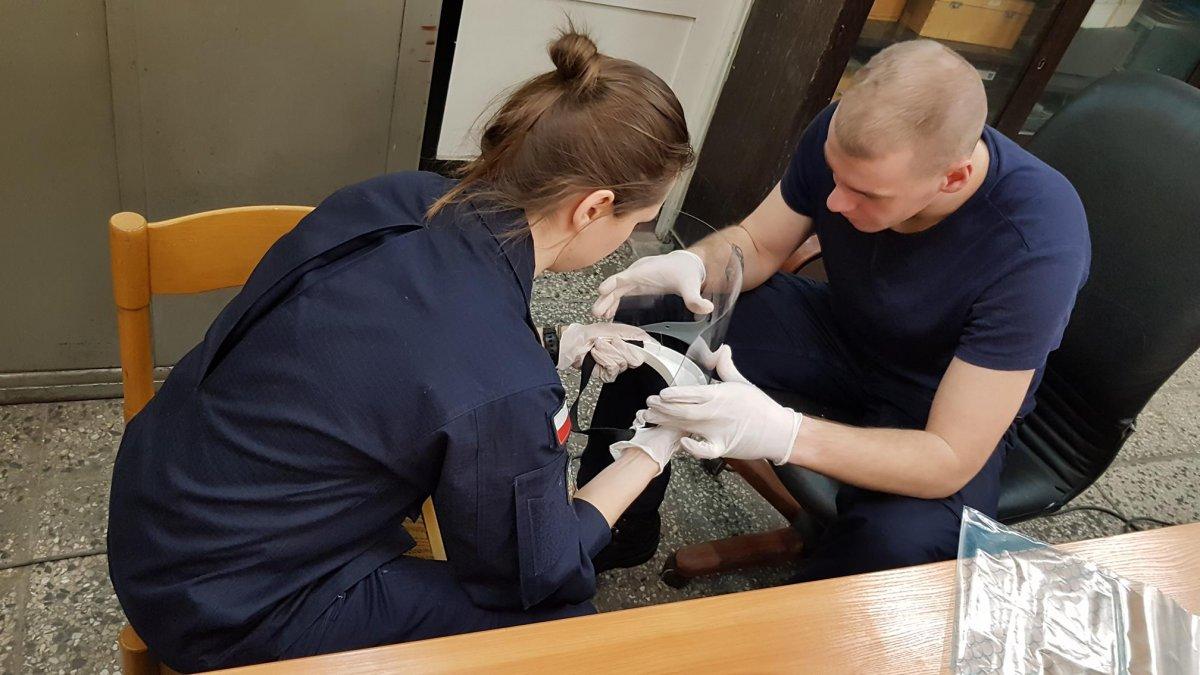 Podchorążowie z Akademii Marynarki Wojennej drukują i składają w całość przyłbice dla lekarzy z pomorskich szpitali // fot. AMW