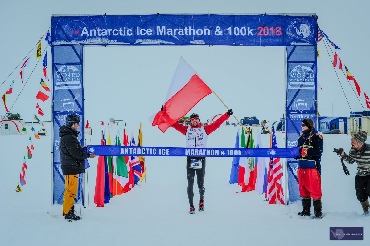 Piotr Suchenia na mecie Antarctic Ice Marathon 2018 // fot. Mark Colon