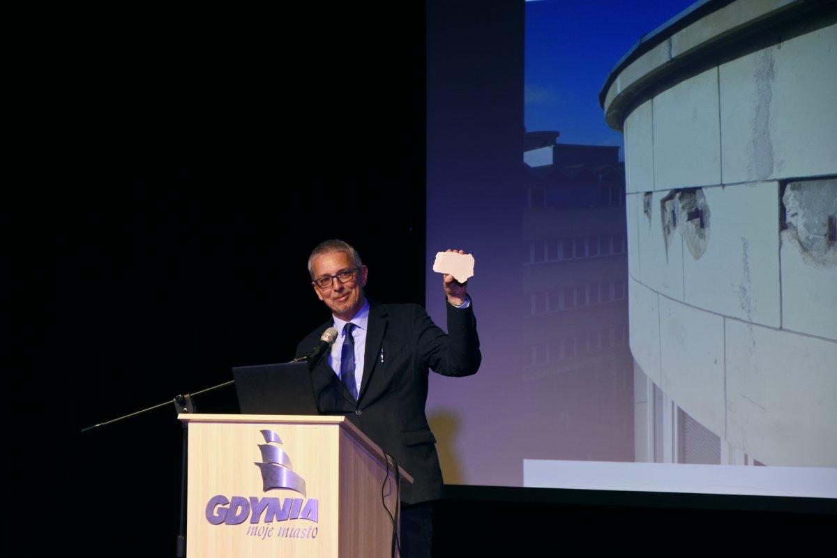 Robert Hirsch, miejski konserwator zabytków przybliżył szczegóły prac konserwatorskich. Na zdjęciu z fragmentem elewacji z budynku PLO, fot. Jan Ziarnicki