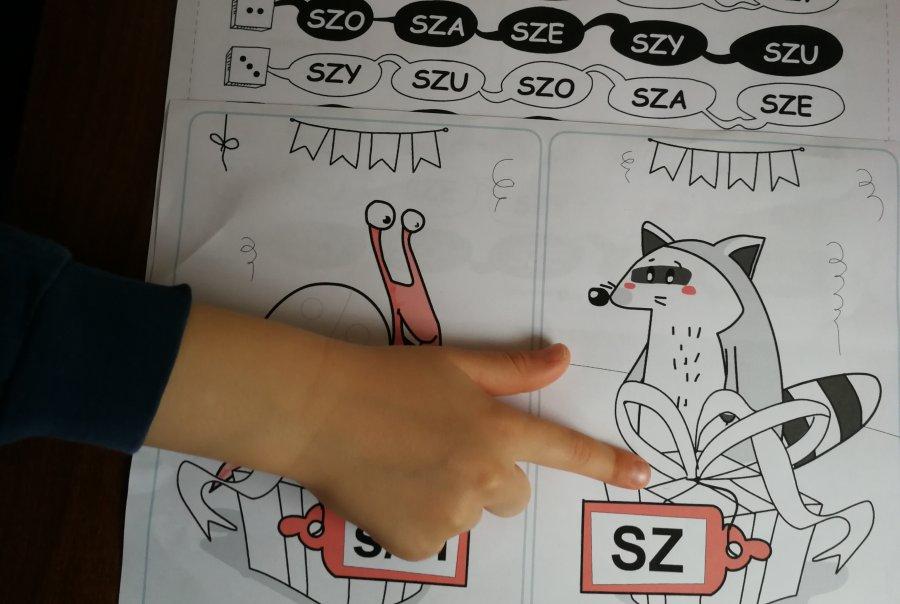 Uczeń podczas zajęć logopedycznych