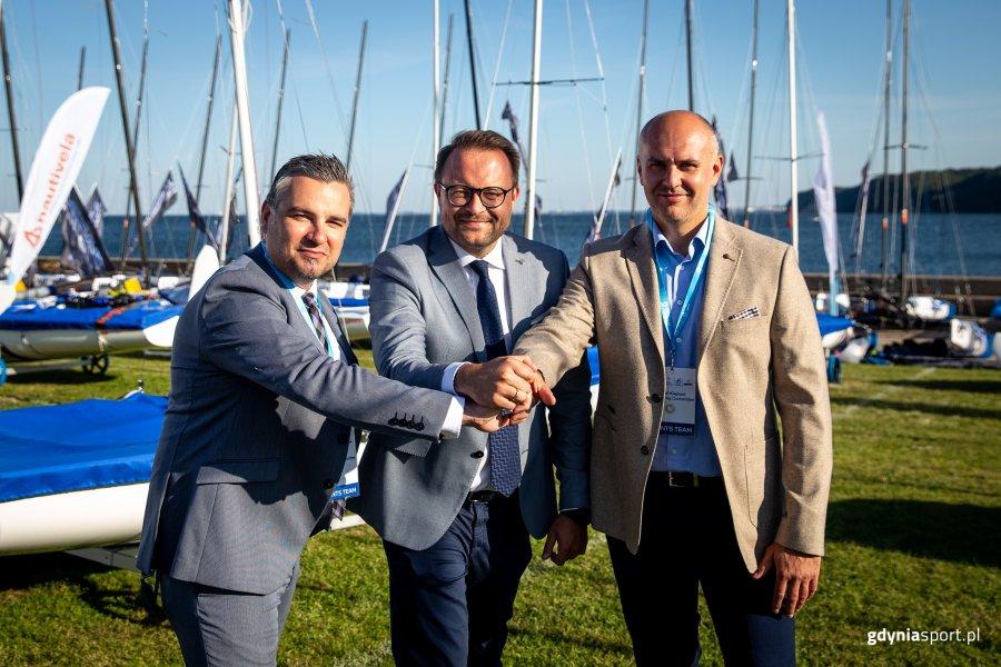 Wiceprezydent Gdyni Marek Łucyk (w środku), dyrektor Gdyńskiego Centrum Sportu Rafał Klajnert (z prawej) oraz zastępca dyrektora GCS Paweł Brutel / fot. gdyniasport.pl