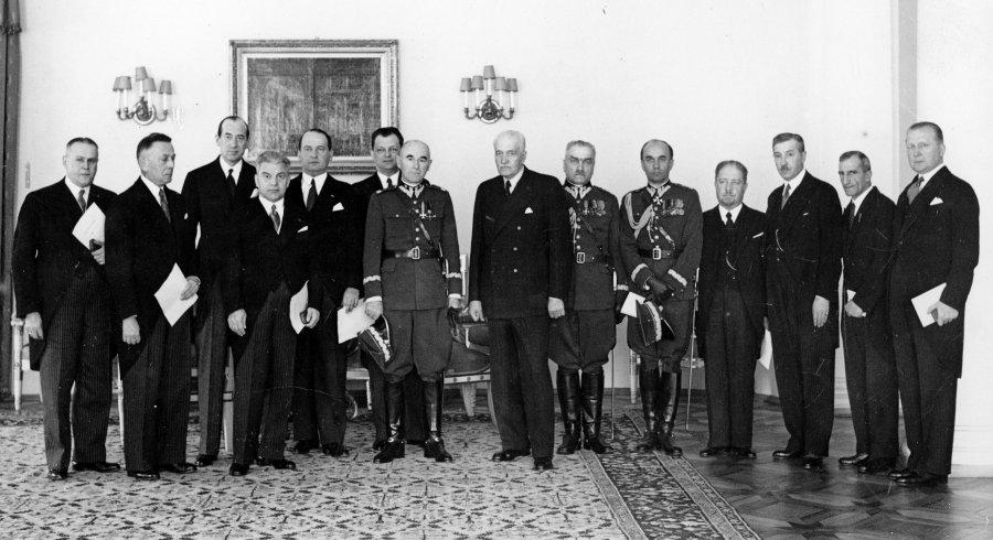 Prezydent Ignacy Mościcki wręcza Medal za Długoletnią Służbę, 17 maja 1938 r.. żródło NAC