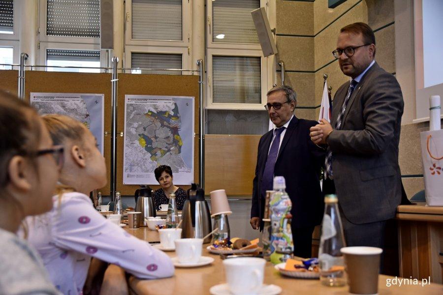 Z tegorocznymi Strażnikami Energii spotkał się wiceprezydent Gdyni Marek Łucyk // fot. Paweł Kukla