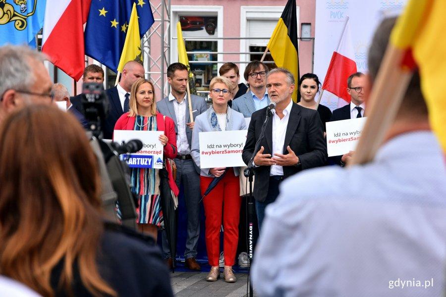Samorządowcy na rynku w Pucku podsumowali akcję profrekwencyjną Obszaru Metropolitalnego Gdańsk-Gdynia-Sopot, fot. Kamil Złoch