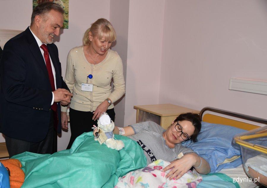 Nowonarodzonych gdynian i ich mamy odwiedził prezydent Wojciech Szczurek // fot. Magdalena Czernek