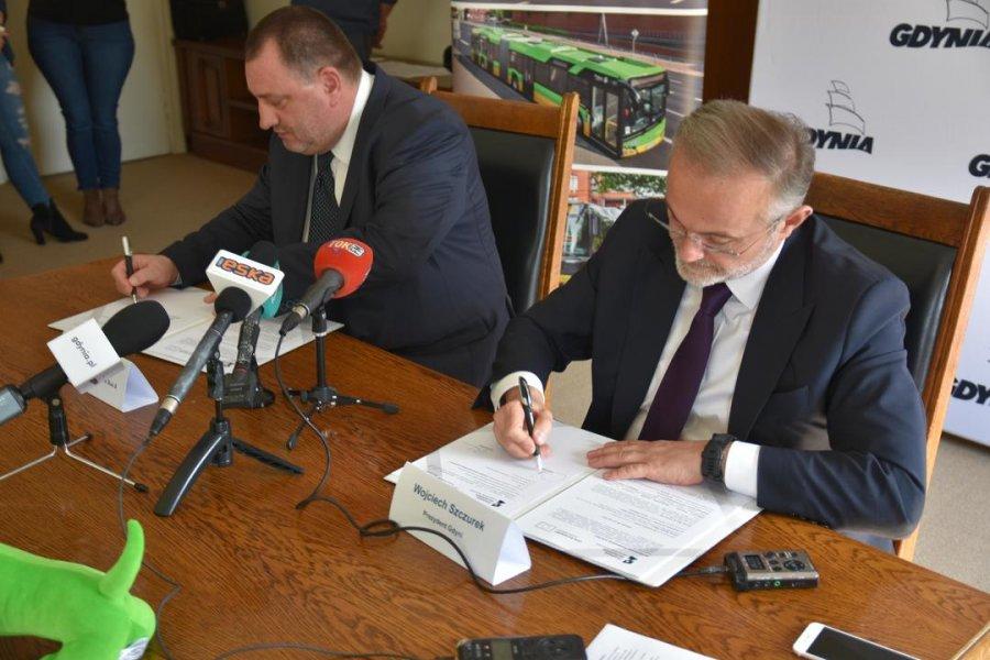 Umowę na dostawę 30 nowoczesnych trolejbusów i nowych baterii litowo-jonowych podpisali prezydent Gdyni, Wojciech Szczurek i Zbigniew Palenica z firmy Solaris Bus & Coach, fot. Lechosław Dierżak