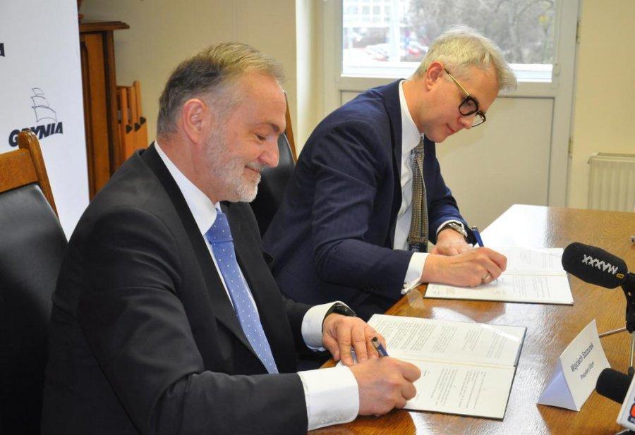 Prezydent Wojciech Szczurek i prezes zarządu Grupy Lotos - Mateusz Aleksander Bonca podpisali dziś list intencyjny w sprawie dostaw wodoru dla gdyńskich autobusów // fot. Magdalena Czernek