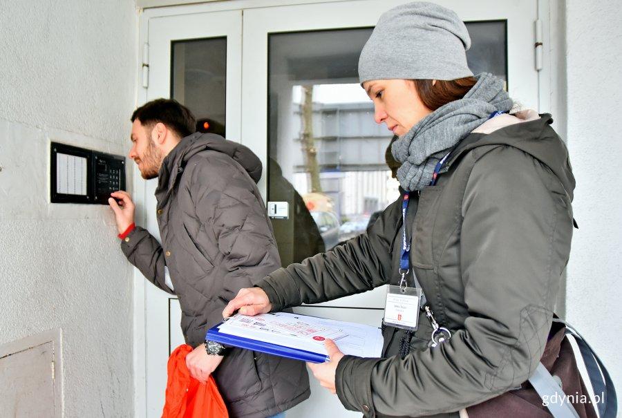 Ankieterzy pytali mieszkańców o najważniejsze kwestie dotyczące odpadów, fot. Kamil Złoch
