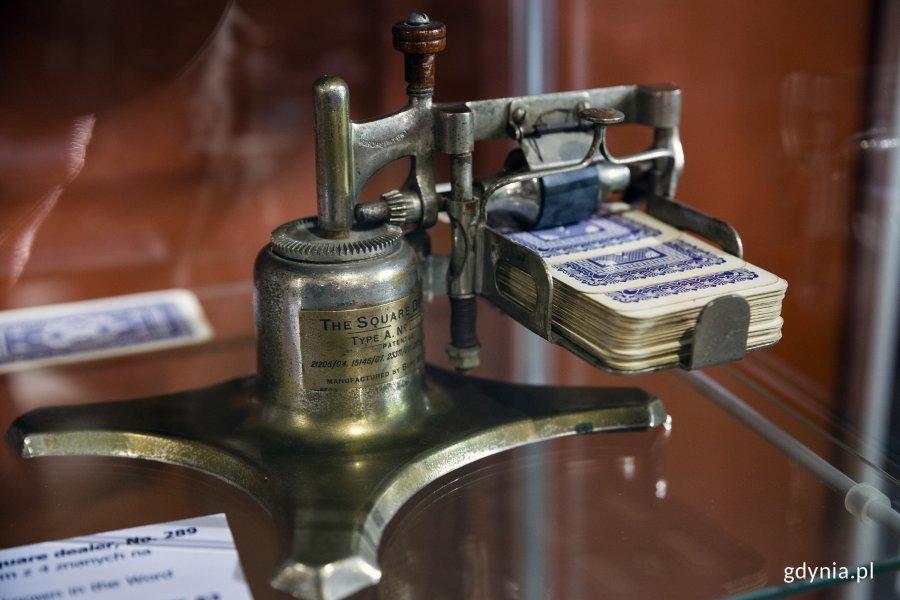Jeden z kilku zachowanych na świecie przyrządów do rozdawania kart, fot. Przemysław Kozłowski