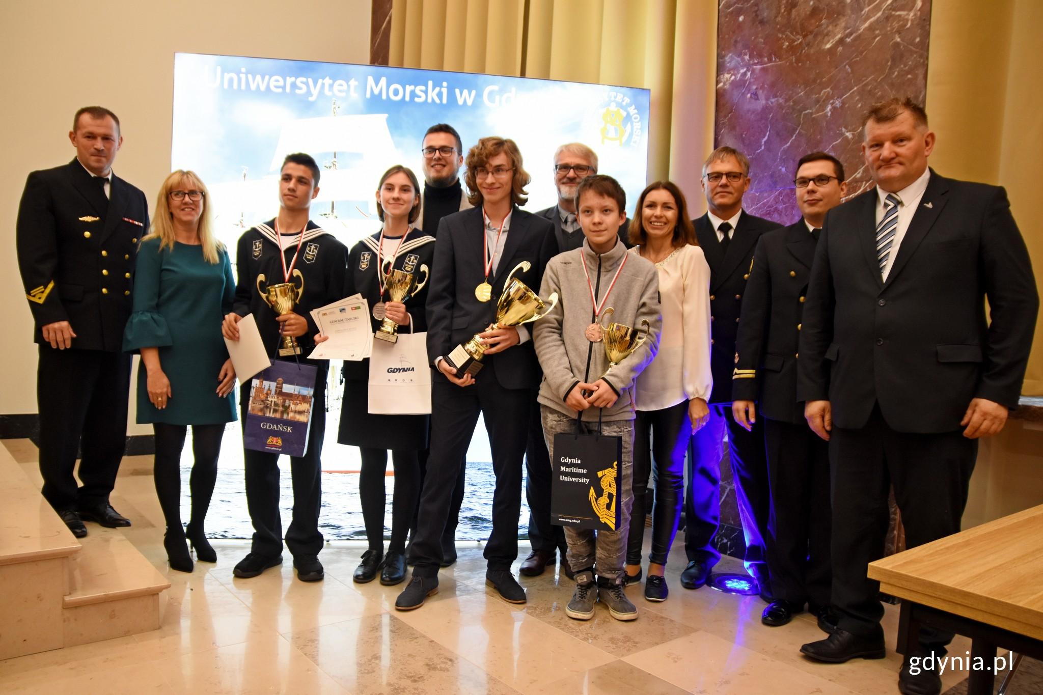 Laureaci konkursu wraz z członkami jury // fot. Paweł Kukla