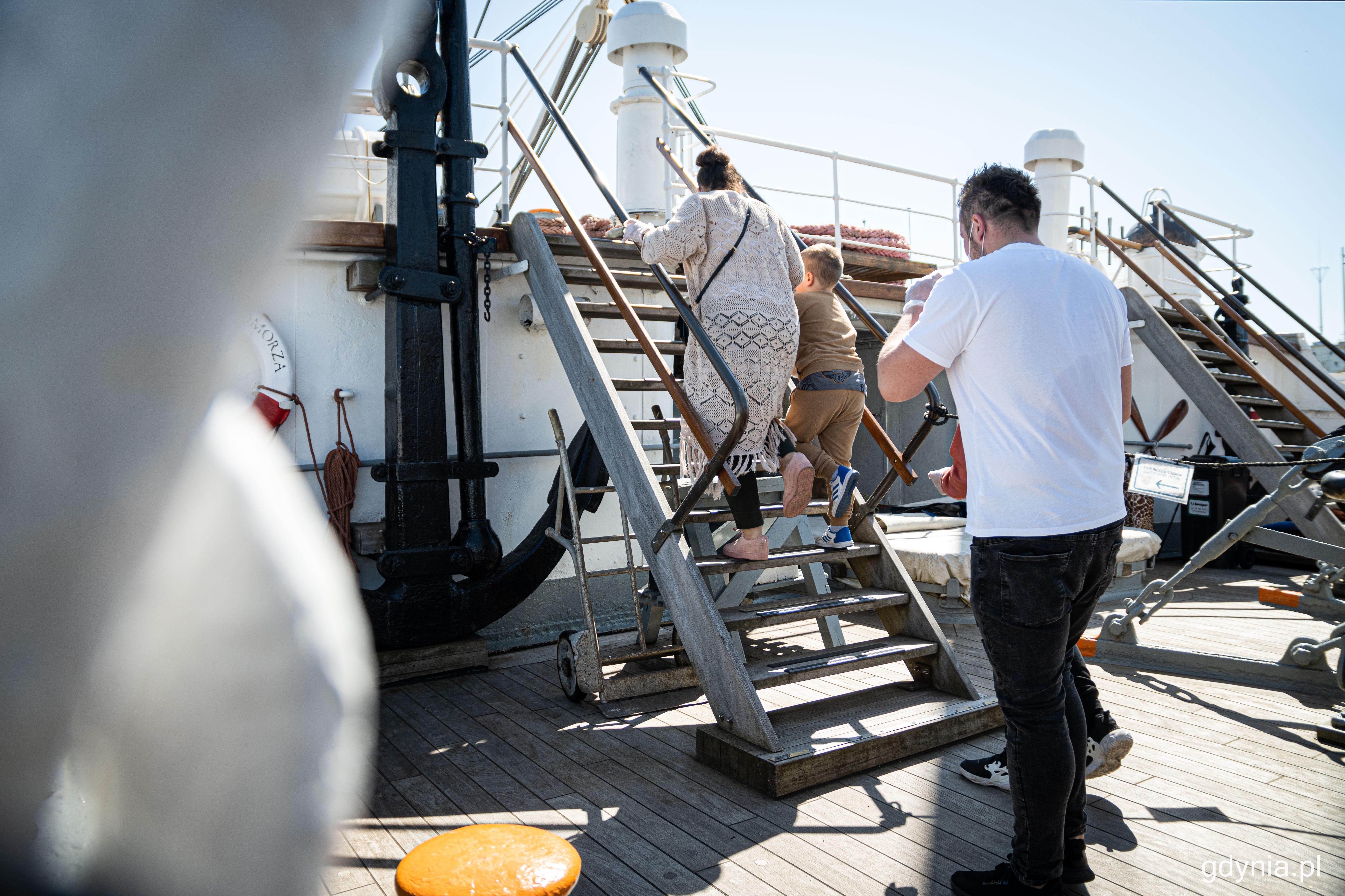 Zwiedzający na statku muszą pokonywać m.in. strome schody, które prowadzą do poszczególnych części żaglowca, fot. Kamil Złoch