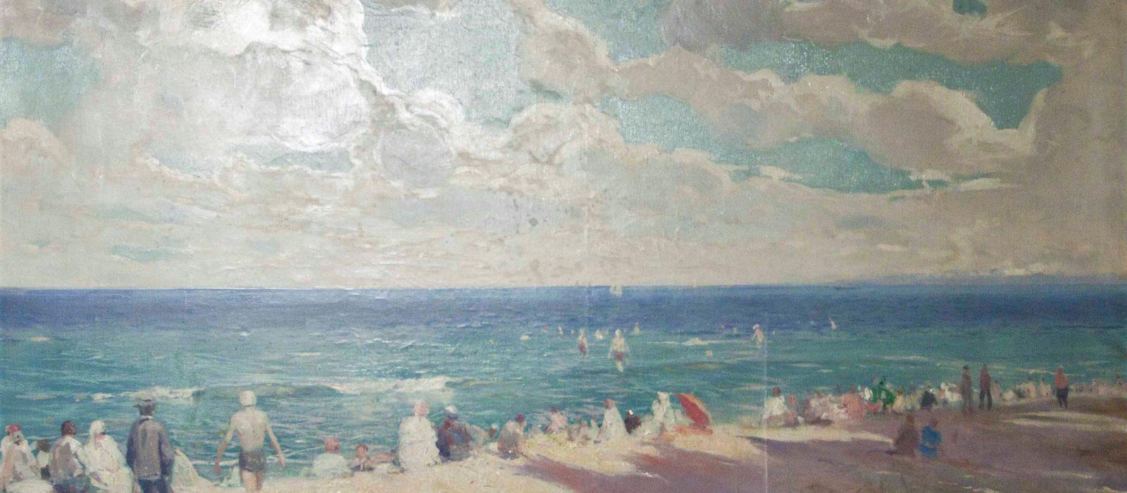 Obraz przedstawiający niebo, morze i plażę. Na brzegu oraz w wodzie znajdują się siedzacy ludzie.