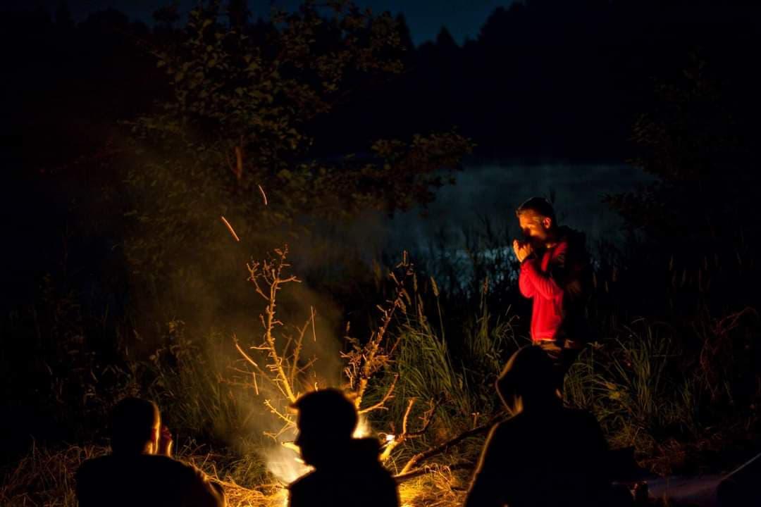 Płonie ognisko w lesie. Ale tylko w miejscu do tego wyznaczonym. Fot. Sławek Rompski