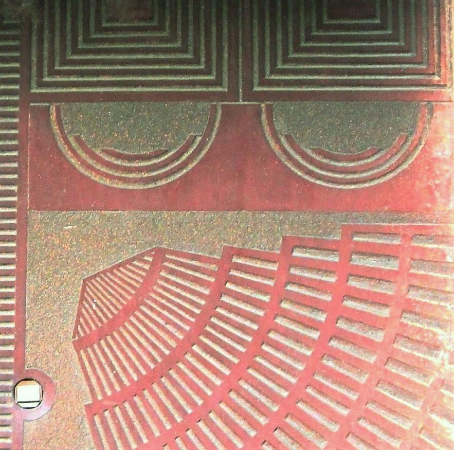 Dekoracje o motywach geometrycznych przy wejściach do budynku w Chyloni