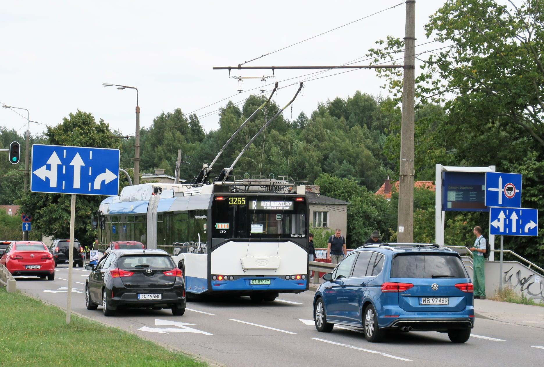Przegubowy trolejbus w trakcie przejazdu na trasie linii pospiesznej R, fot. Marcin Gromadzki / Marcin Gromadzki Public Transport Consulting