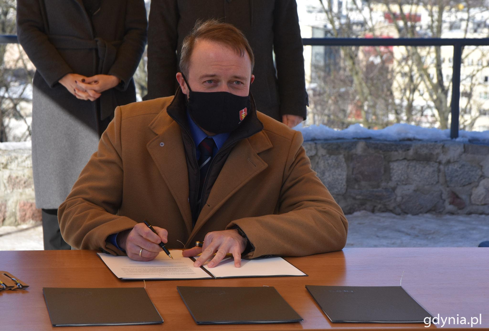 W imieniu Wojciecha Szczurka, prezydenta Gdyni porozumienie podpisał wiceprezydent Marek Łucyk // fot. Magda Śliżewska