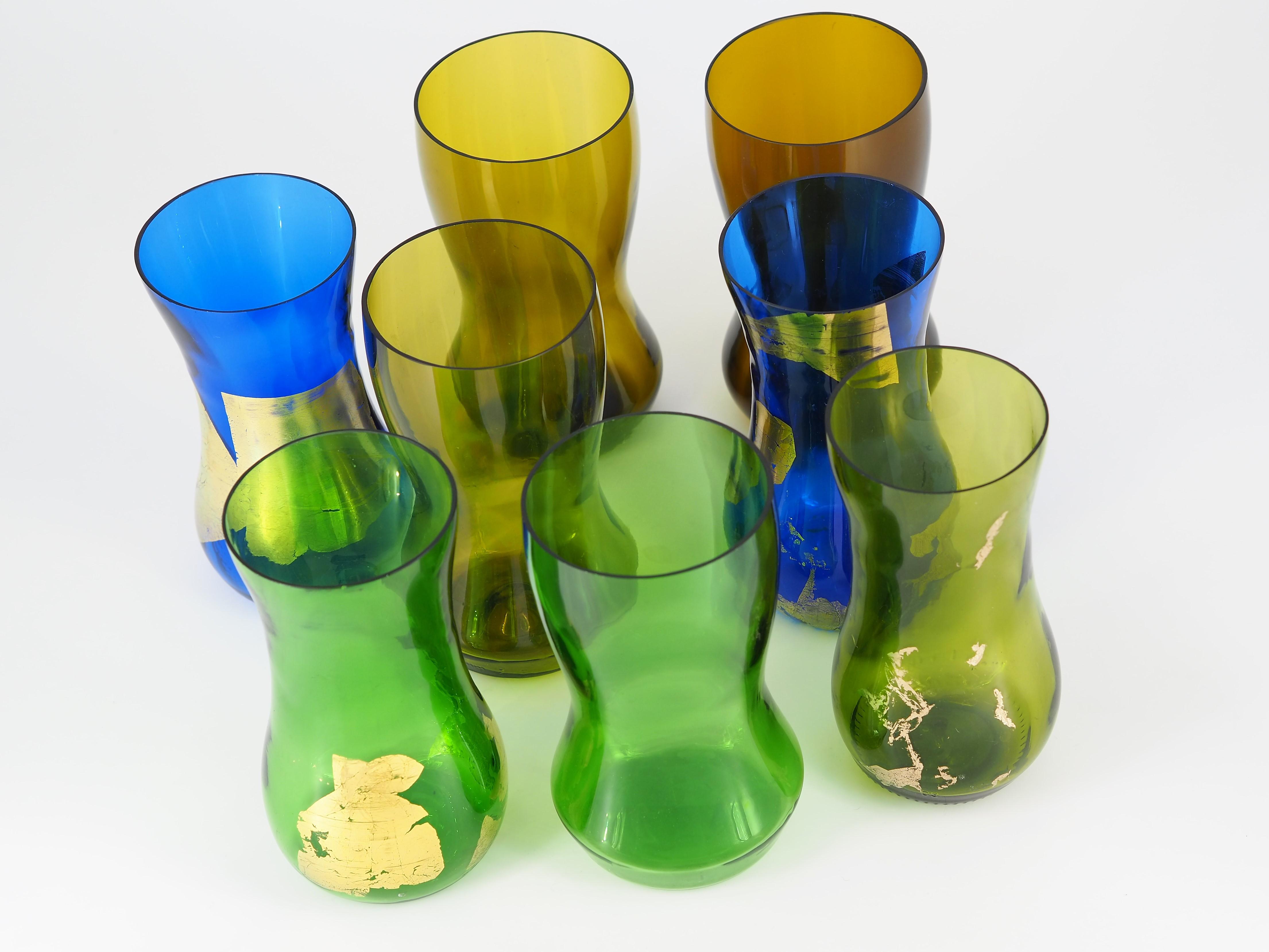 """Kolekcja ekologicznych wazonów """"Re-Vase"""", w kolorach: niebieskim, zielonym i żółtym, ze złotymi elementami."""