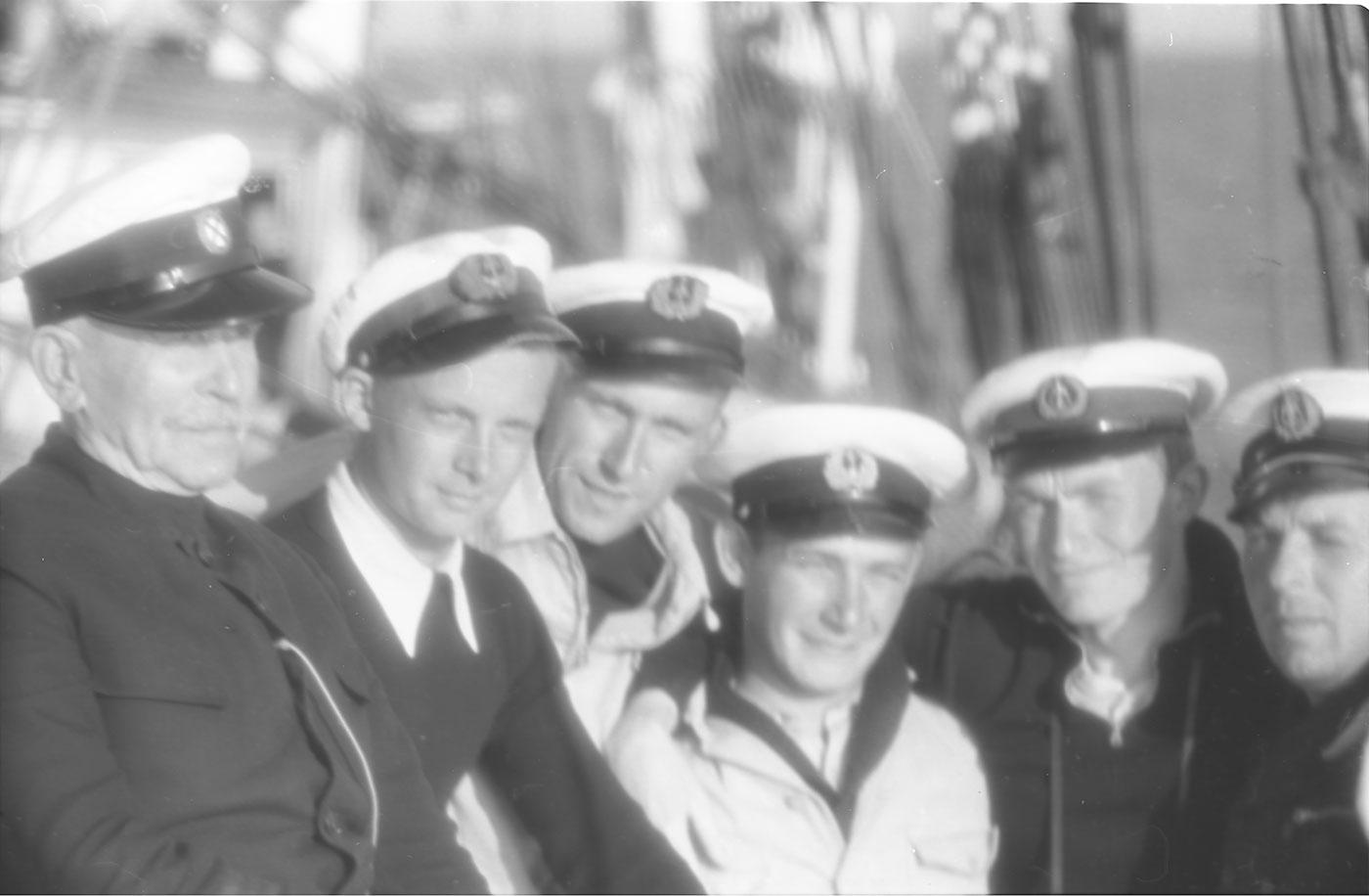 """Kapitan Mariusz Zaruski (pierwszy z lewej) z załogą żaglowca """"Zawisza Czarny"""". Fot. Florian Staszewski, 1936 rok, źródło: gdyniawsieci.pl"""