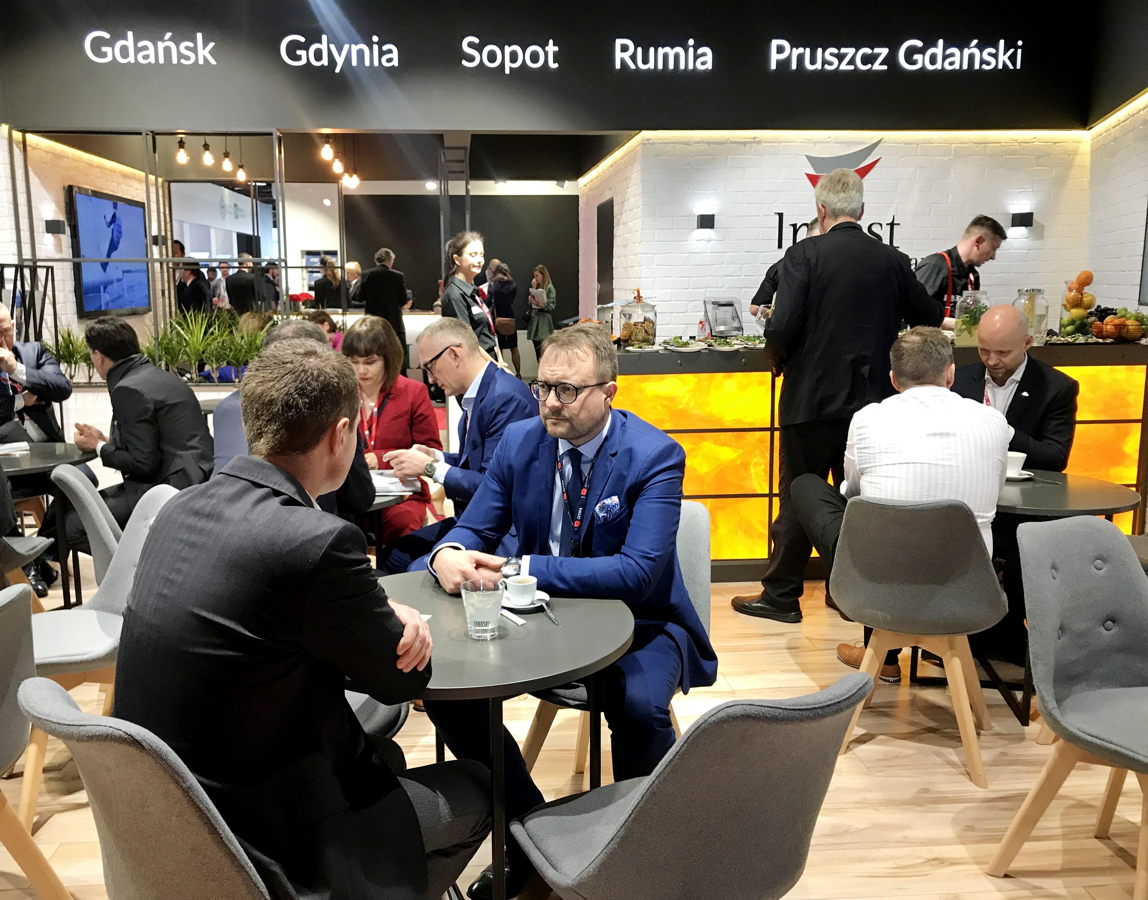 Wiceprezydent ds. rozwoju, Marek Łucyk, podczas rozmów na wspólnym stoisku Invest in Pomerania, fot. Maja Studzińska