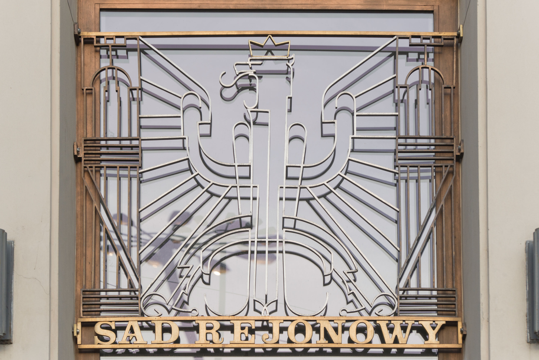 Wejście główne do Sądu Rejonowego z lat 30. XX w. przy placu Konstytucji, ozdobione dekoracją plastyczną z godłem, wykonaną z mosiężnych i aluminiowych płaskowników
