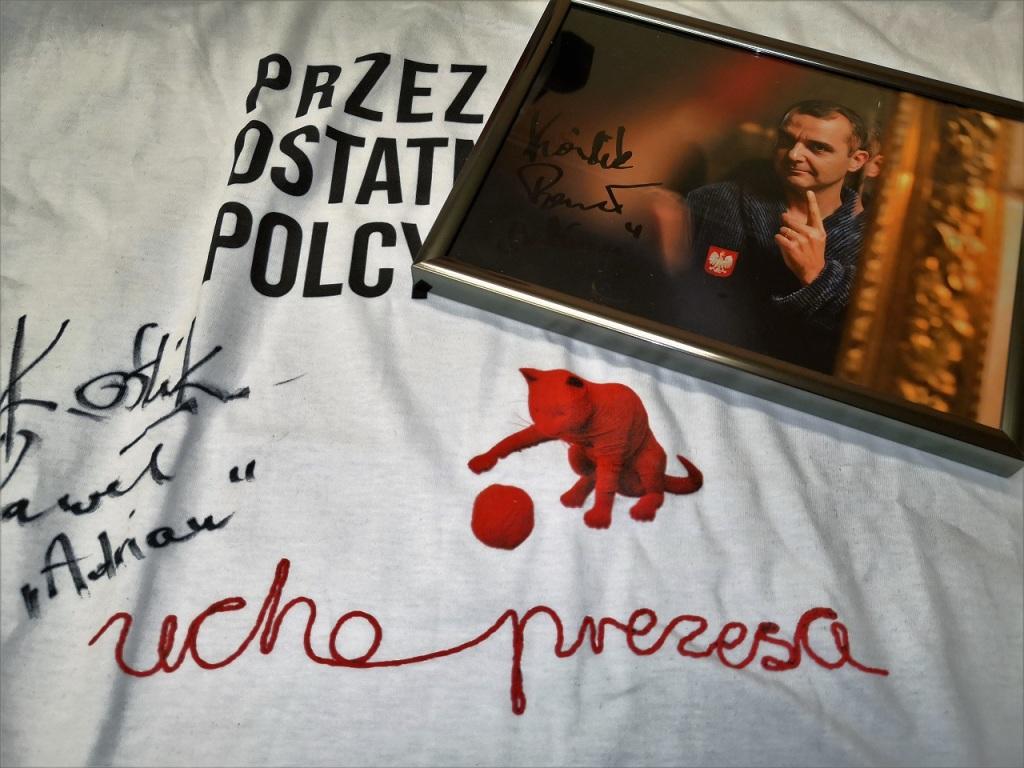"""Licytować można również koszulke z serialu """"Ucho Prezesa"""", fot, materiały prasowe"""