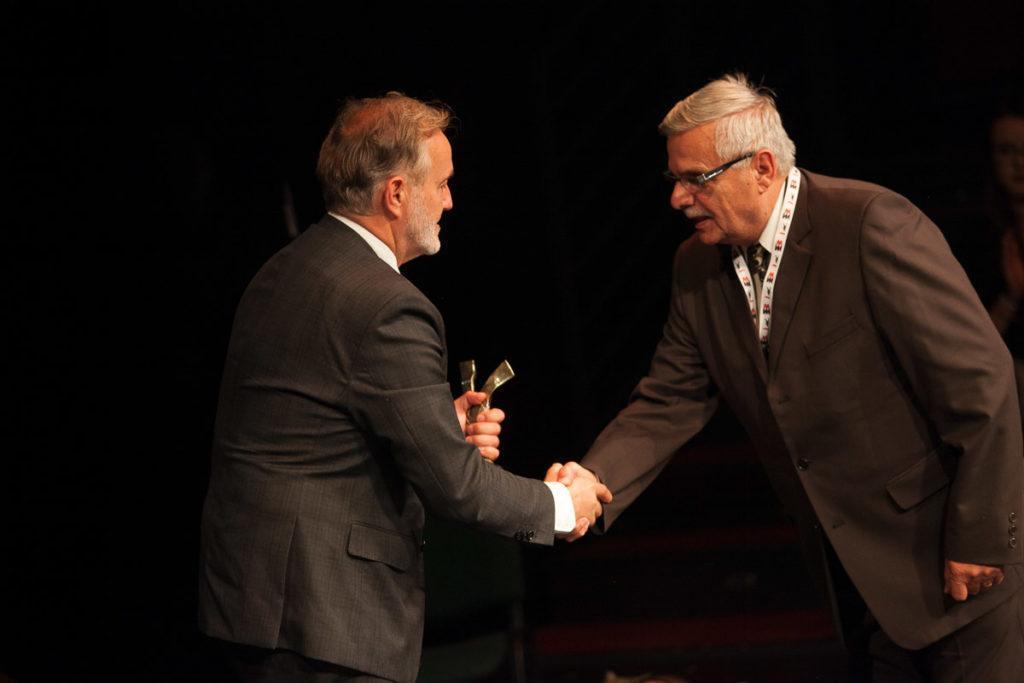Wojciech Szczurek - prezydent Gdyni wręcza jedną z nagród podczas gali otwarcia Festiwalu NNW w Teatrze Muzycznym, fot. materiały prasowe