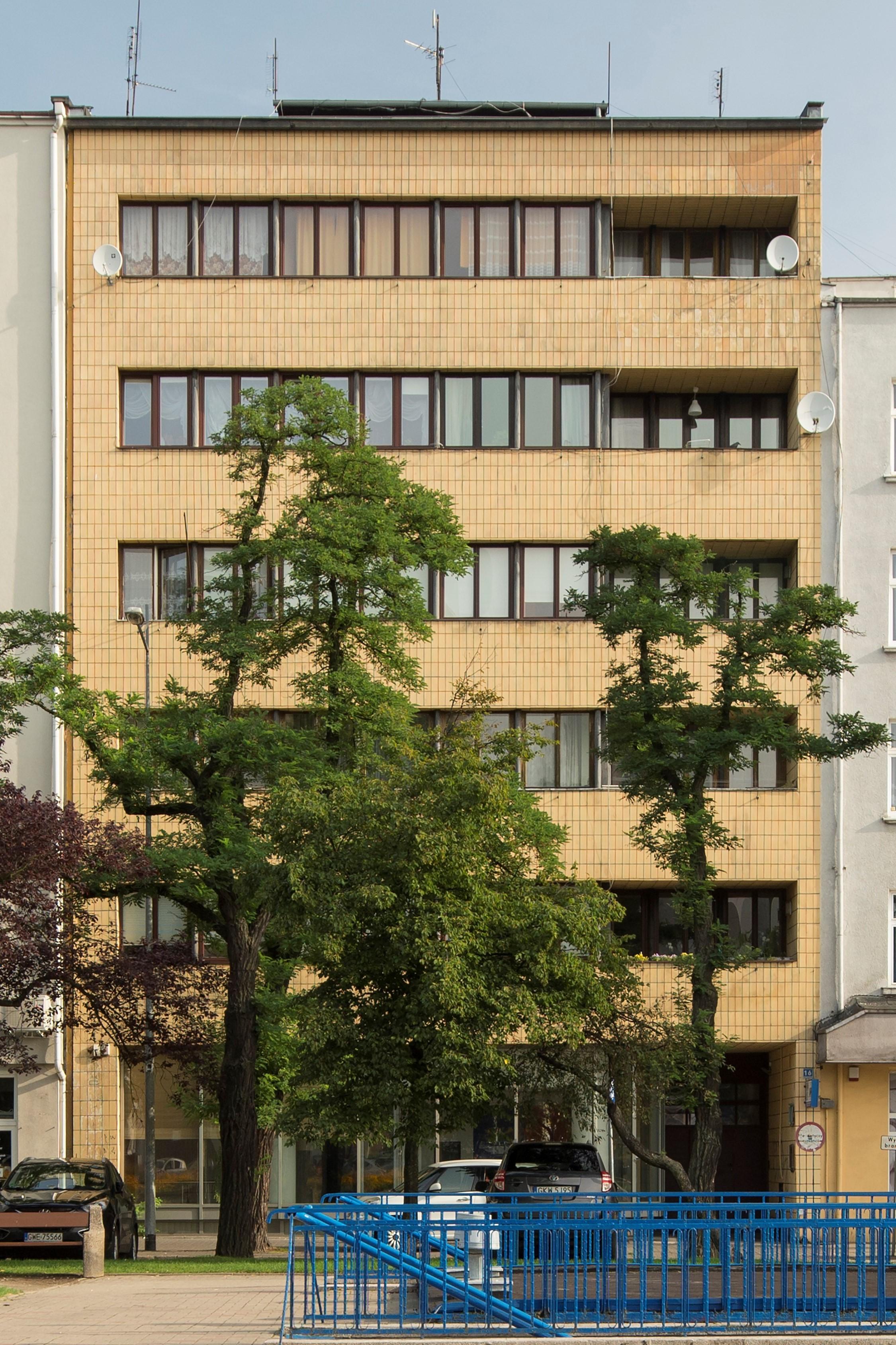 Kamienica przy skwerze Kościuszki 16, żółtymi płytkami oblicowano całą płaszczyznę elewacji.