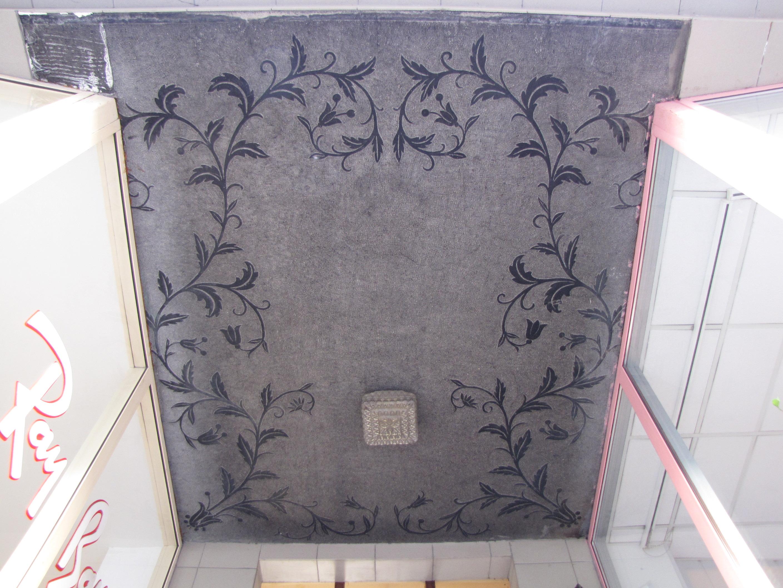 Dekoracja o motywie roślinnym, wykuta w tynku na suficie nad wejściem do kamienicy na Starowiejskiej (całość i fragment)