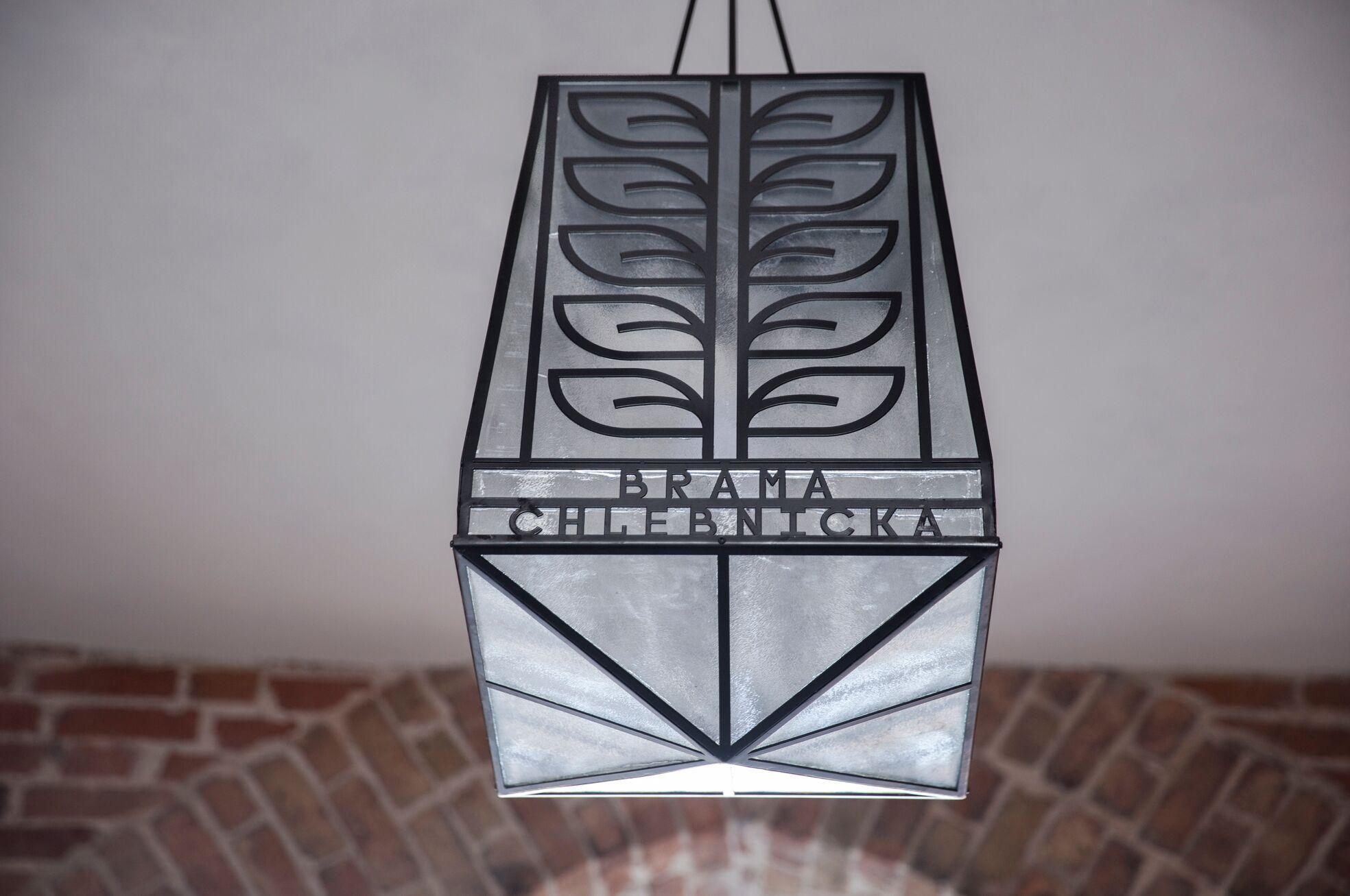 """Kolejnym nowym elementem będzie wisząca lampa, która znajdzie się tuż przed bramą. """"Jej koncepcja jest bardzo podobna do tej, którą wykonaliśmy przy ul. Chlebnickiej w Gdańsku"""" – podkreśla Domańska, fot. traffic design."""