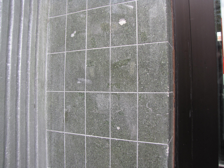 Tynk w kolorze zielonym szlifowany i polerowany z nacięciami imitującymi spoiny płytek, na kamienicy przy ul. Starowiejskiej