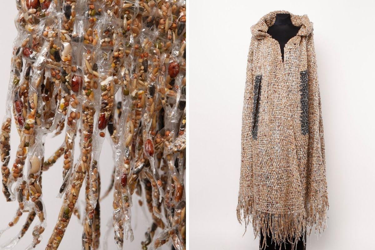 Kolaż przedstawiający pelerynę z kolekcji pt. Jutro / Tkaniny. Jasnobeżowa peleryna z kapturem uszyta została z hydrofolii, która wypełniona jest nasionami nasion.