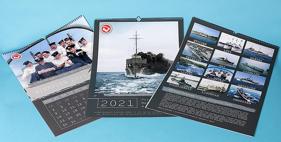 Kalendarz ścienny Muzeum Marynarki Wojennej z archiwalnymi, koloryzowanymi zdjęciami ze zbiorów muzeum.
