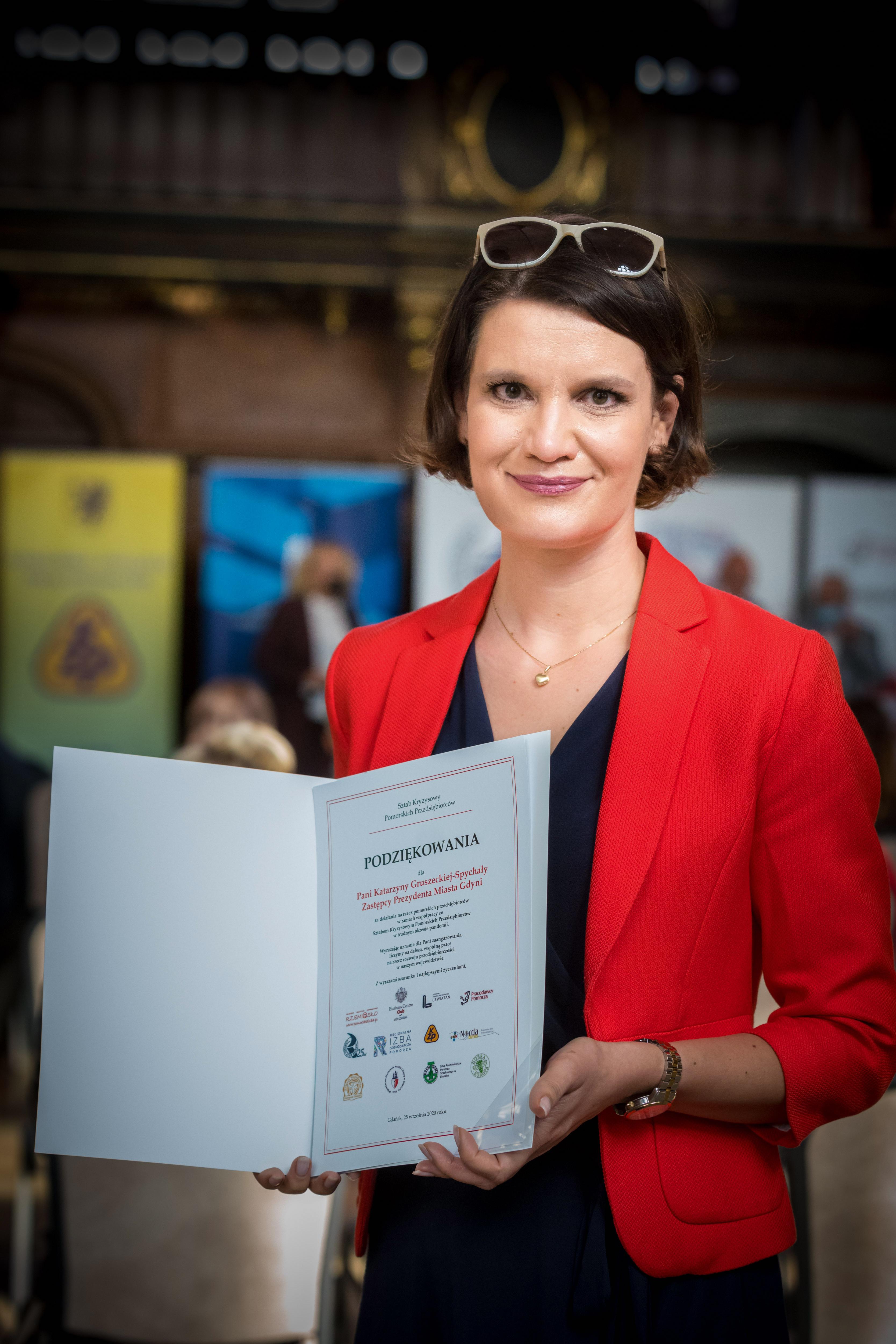 Katarzyna Gruszecka-Spychała, wiceprezydent Gdyni ds. gospodarki z podziękowaniami od Sztabu Kryzysowego Pomorskich Przedsiębiorców, fot. Anna Rezulak