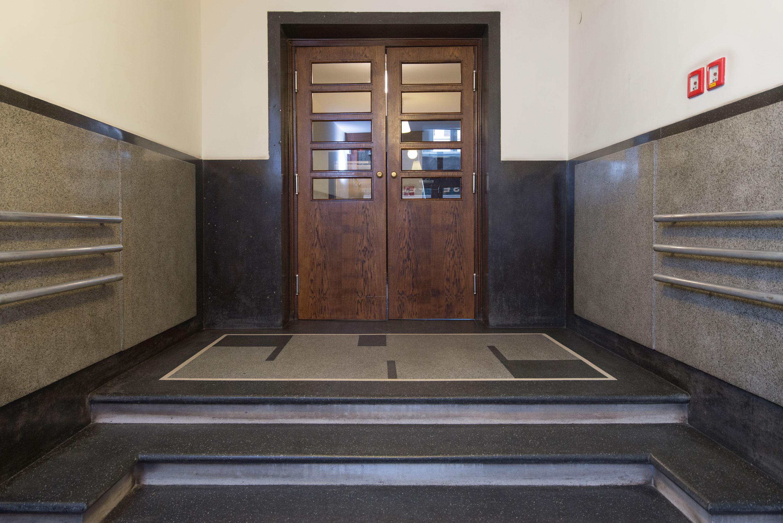 Modernistyczne drzwi wewnętrzne w kamienicy Reicha i Birnbauma, ul. Abrahama 28, lata 30. XX w.