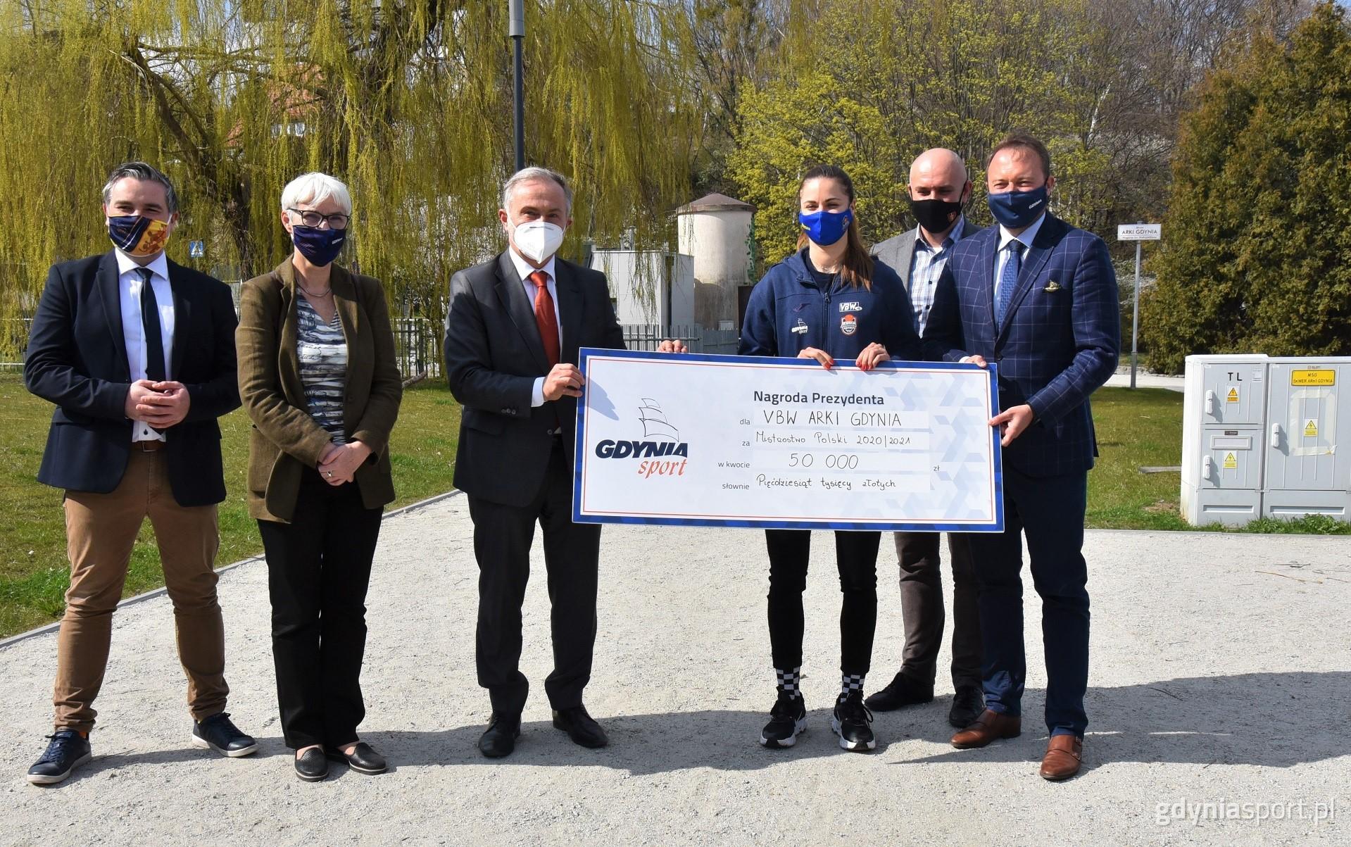 Na zdjęciu widzimy władze miasta na czele z prezydentem Wojciechem Szczurkiem, który wręcza czek kapitan zespołu VBW Arki Barborze Balintovej
