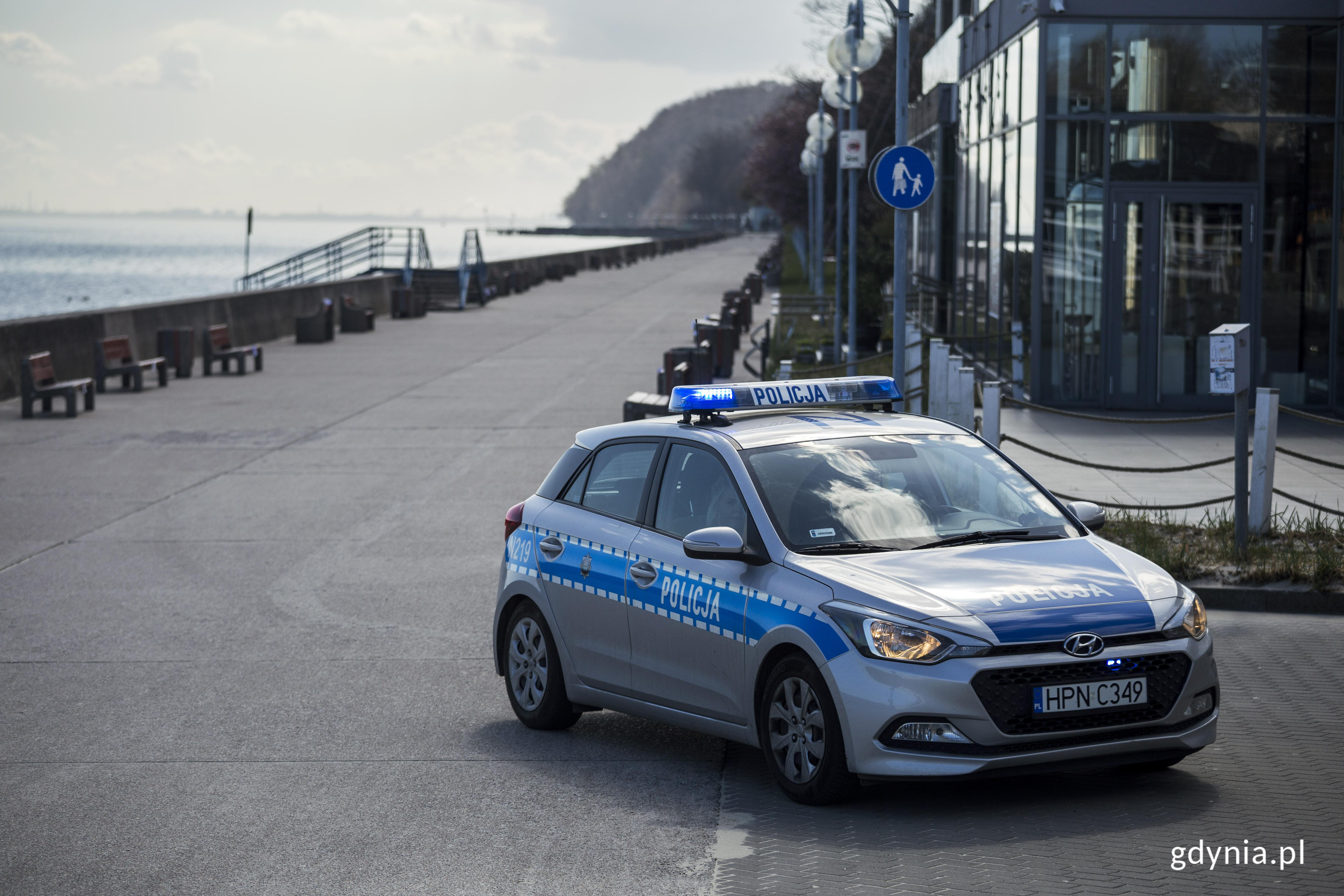 Wyludniony Bulwar Nadmorski w Gdyni strzeżony przez policję podczas wiosennego lockdownu. Fot. Przemysław Kozłowski