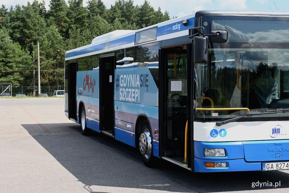 Szczebibus. Autobuz ZKM z grafiką #GDYNIASIĘSZCZEPI. // fot. Magdalena Śliżewska