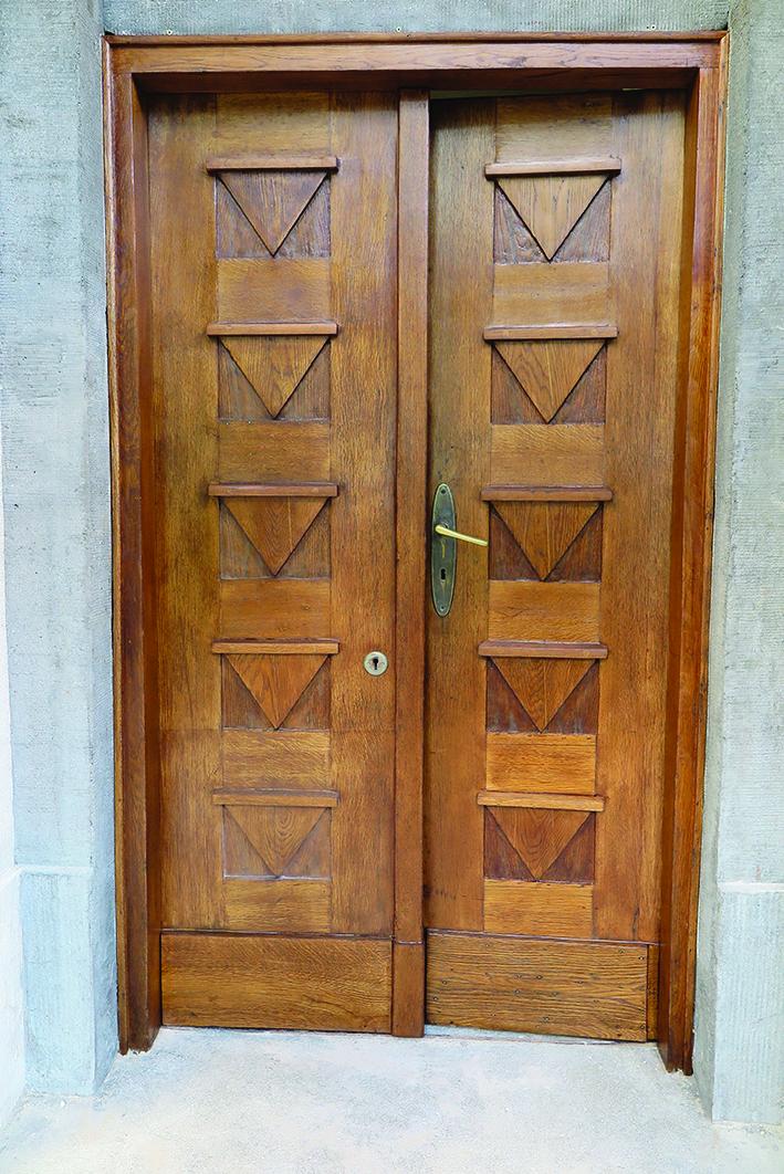 Wczesnomodernistyczne drzwi do budynku administracyjnego Uniwersytetu Morskiego przy ul. Morskiej 81-87 z dekoracją art deco.