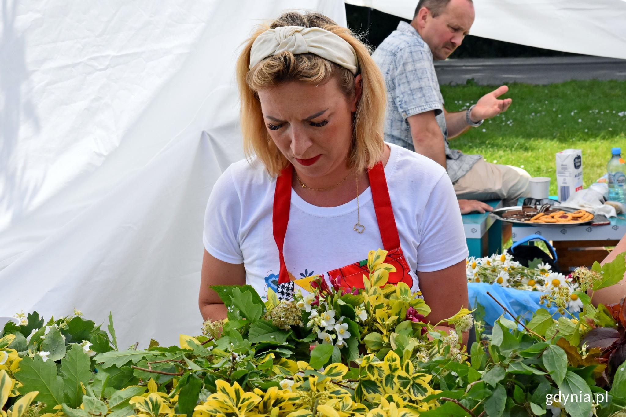 Jedna z pań z Koła Gospodyń Wiejskich Lubichowo wyplata kwiatowy wianek // fot. Magdalena Czernek