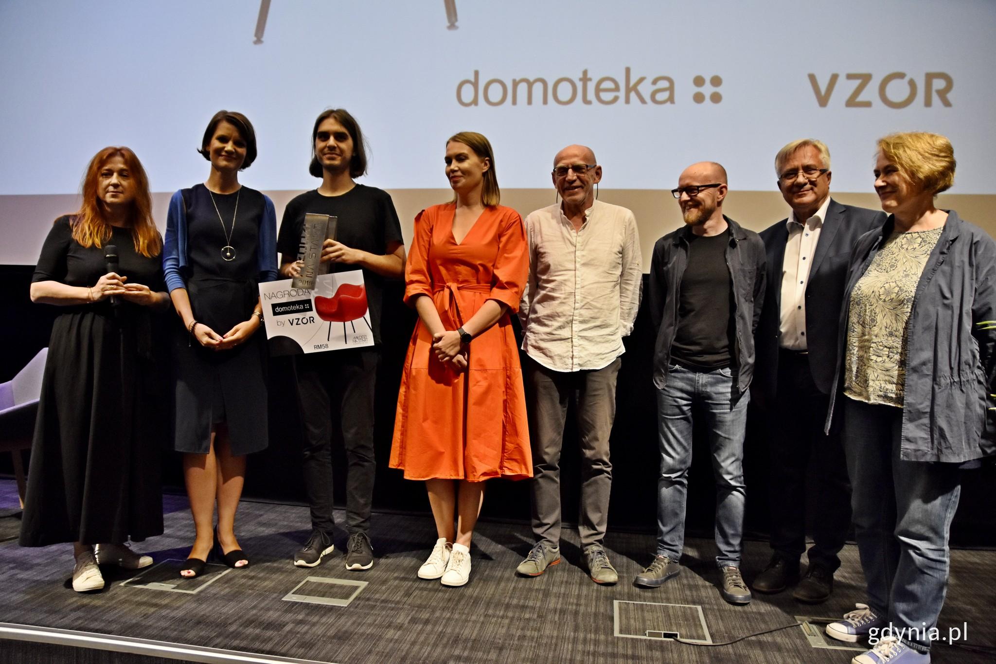 Laureat nagrody wraz z jury i wiceprezydent Gdyni - Katarzyną Gruszecką-Spychałą // fot. Paweł Kukla