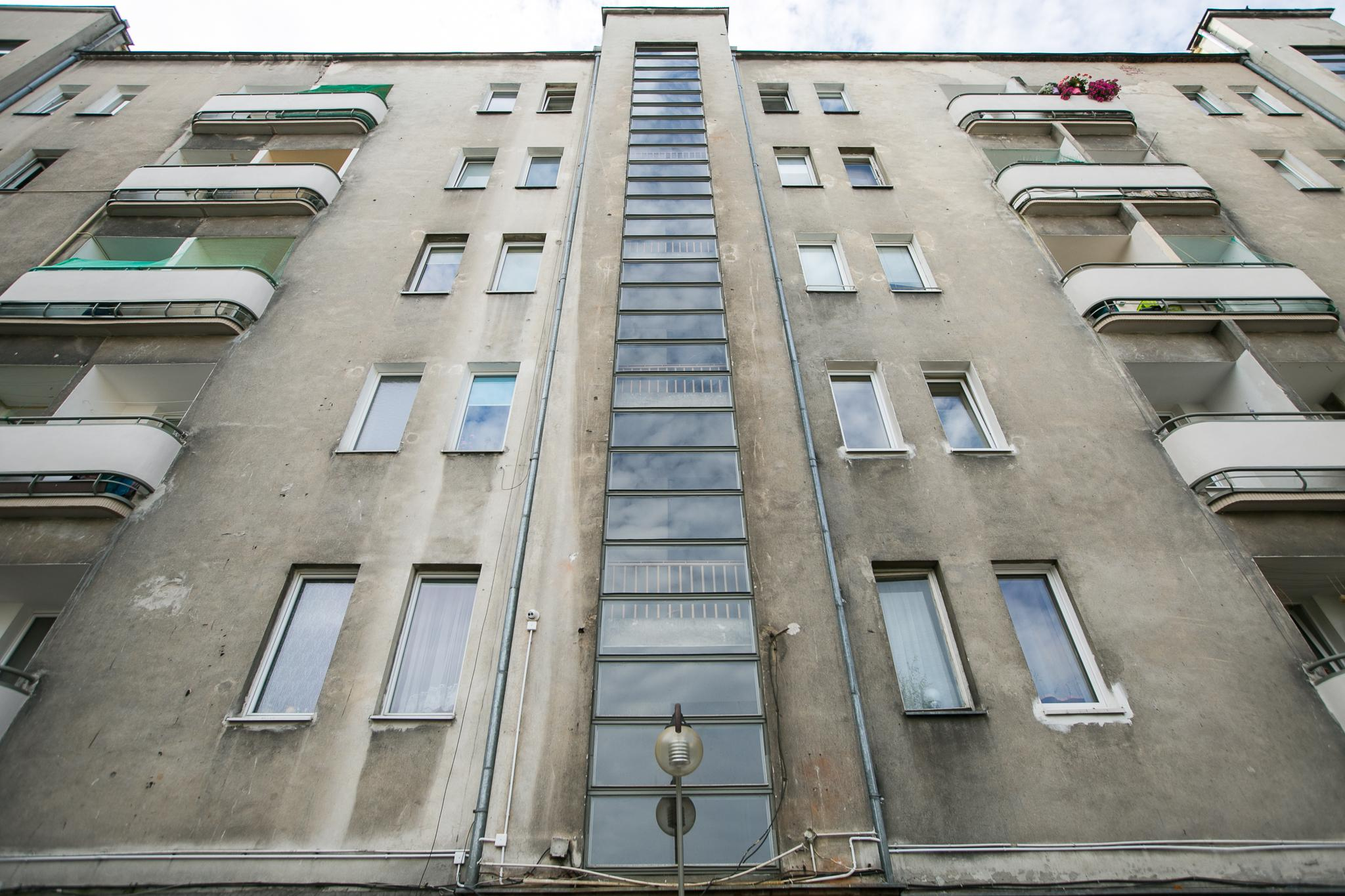 Okna klatek schodowych po remoncie // fot. Karol Stańczak