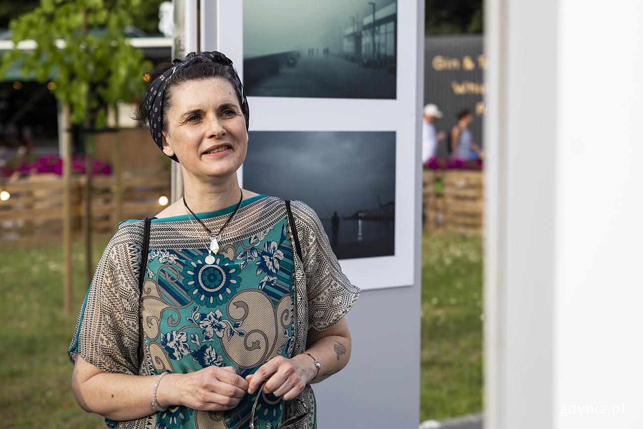 """Małgorzata Szura Piwnik na wystawie swoich fotografii """"Sen o Gdyni"""", fot. Przemysław Kozłowski"""