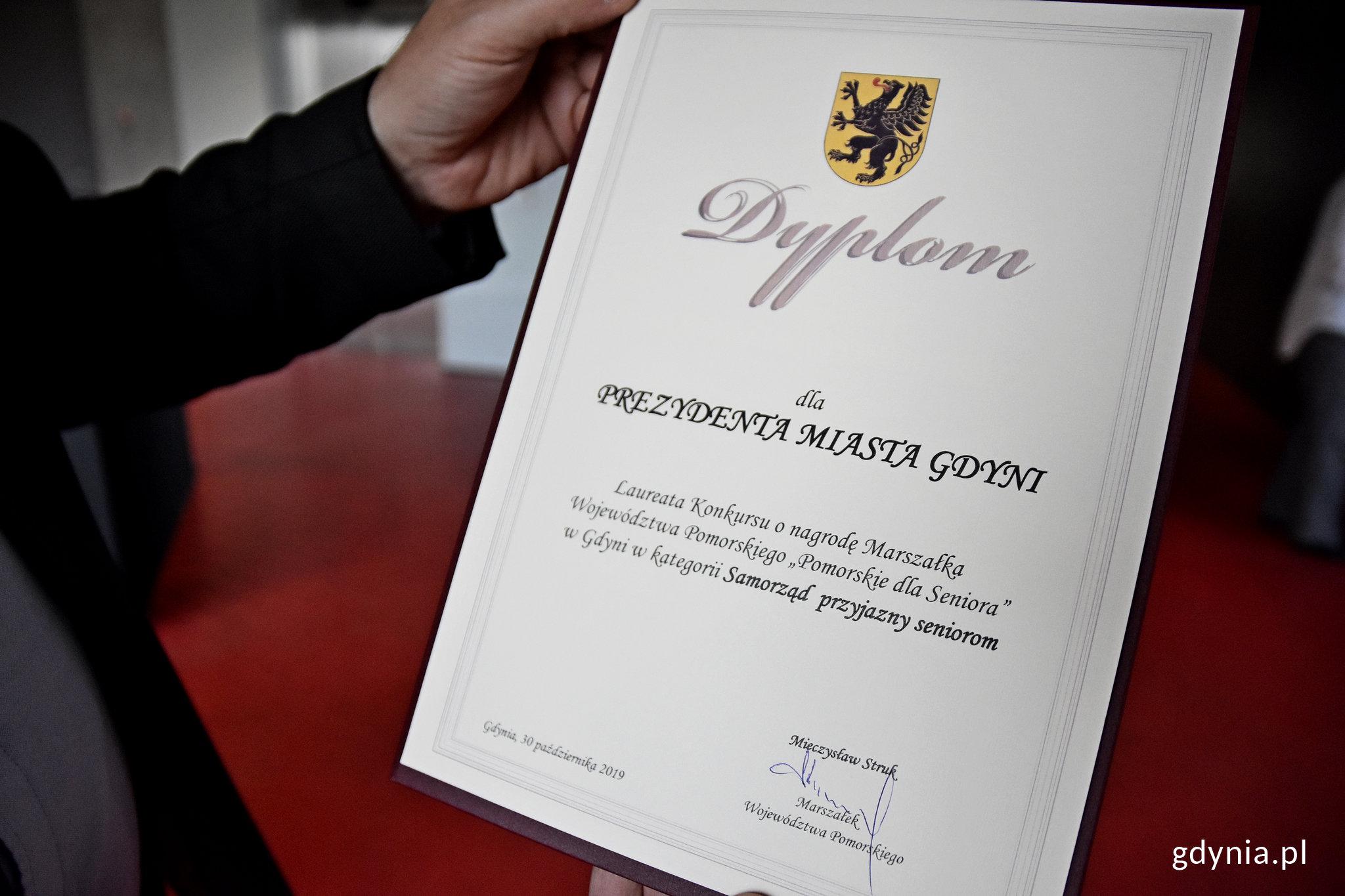 Dyplom dla prezydenta Gdyni, fot. Kamil Złoch