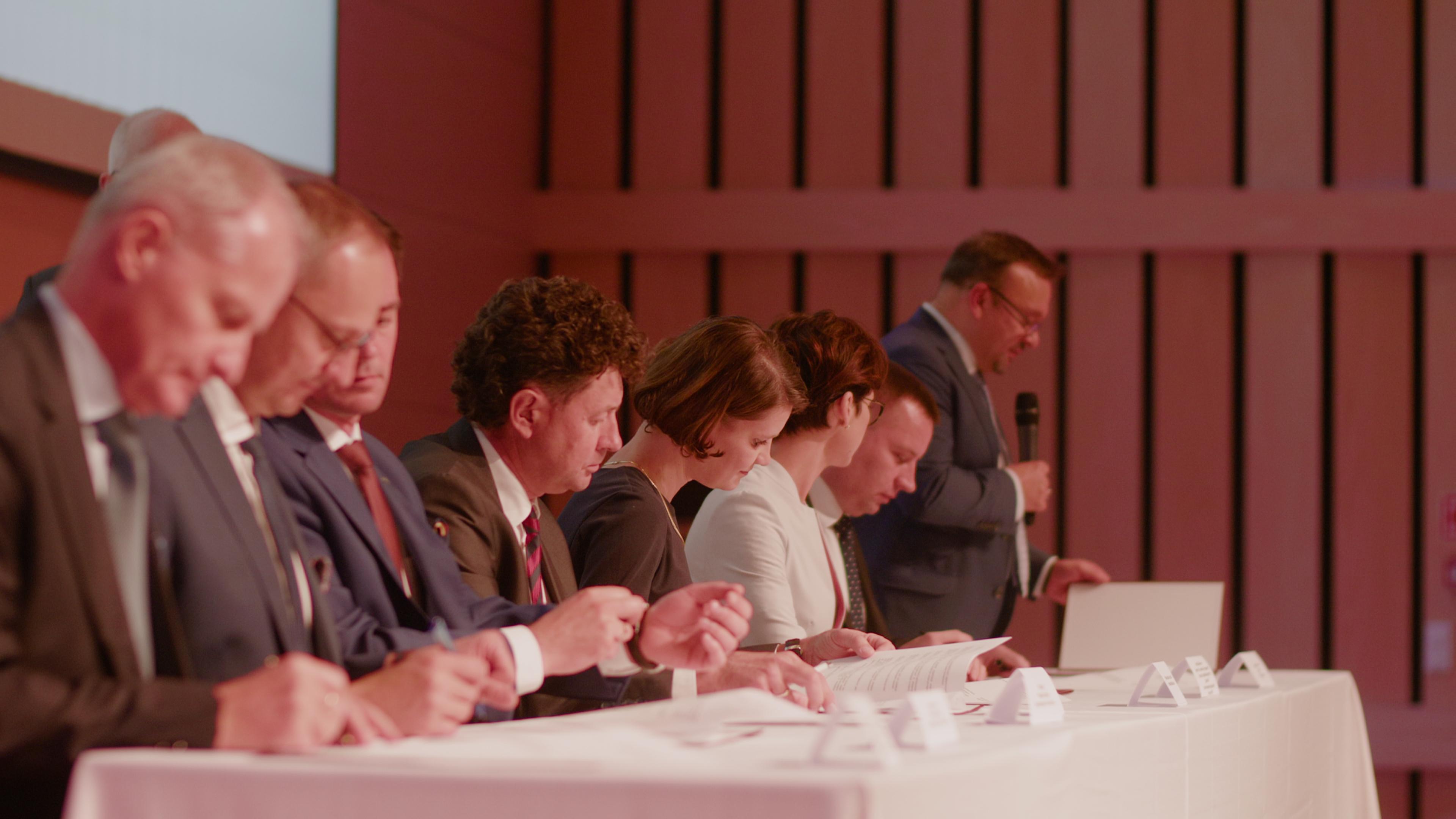 Podpisanie deklaracji przez przedstawicieli stron