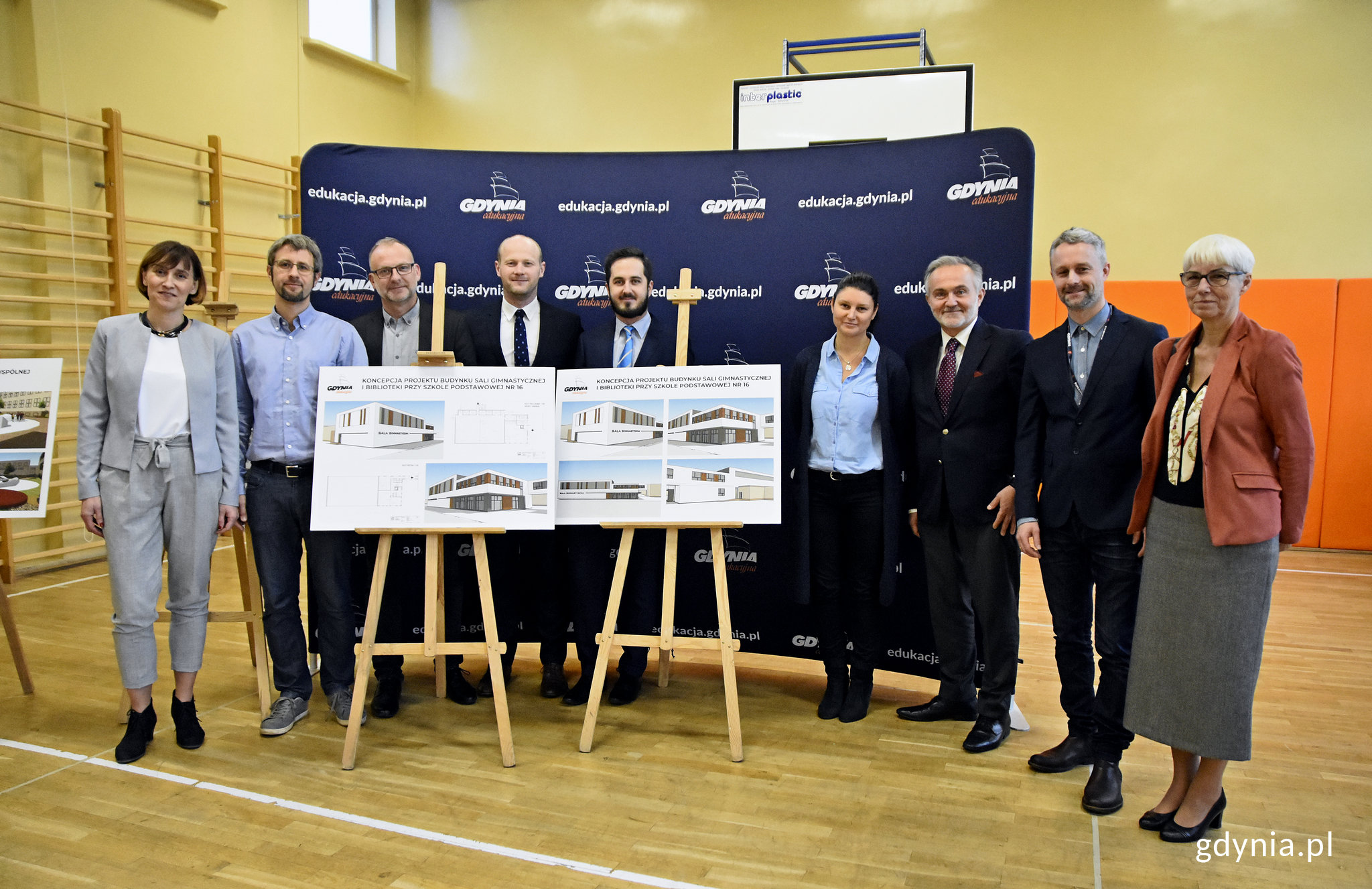 Przedstawiciele władz miasta, szkoły i Rady Dzielnicy z wizualizacjami przyszłej hali sportowej, fot. Kamil Złoch