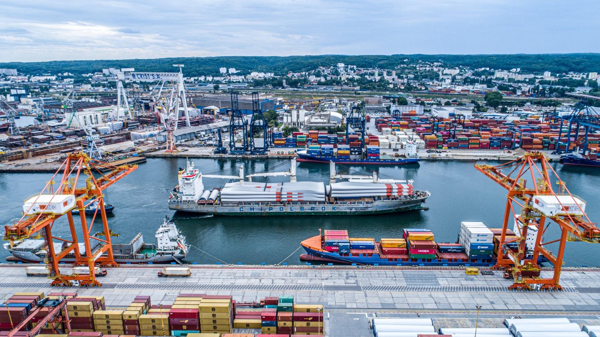 Transport elementów farm wiatrowych na pokładzie Chipolbrok Galaxy, fot. mat. prasowe Portu Gdynia / port.gdynia.pl
