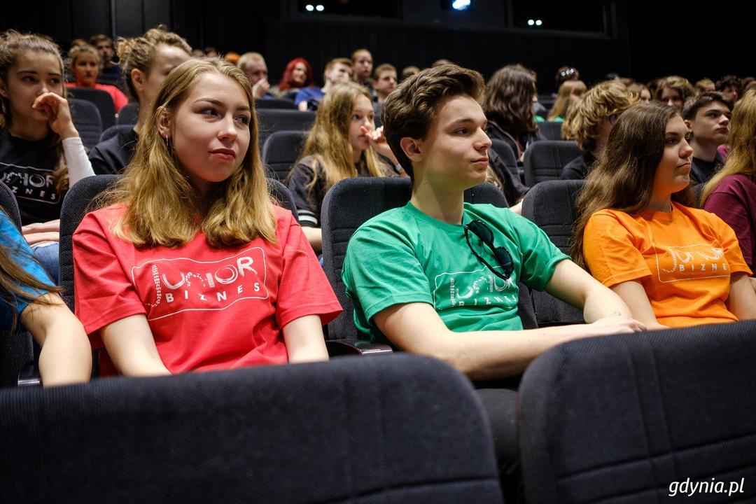 """Finaliści konkursu """"Junior Biznes"""" odebrali nagrody i wyróżnienia podczas Gali Finałowej w Gdyńskim Centrum Filmowym, fot. Dawid Linkowski"""