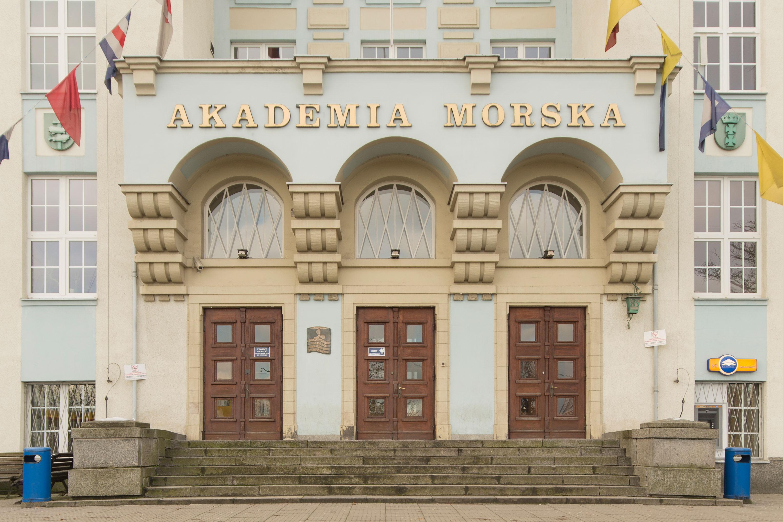 Część wejściowa do głównego budynku Uniwersytetu Morskiego z lat 20. XX w. na Grabówku, podkreślona trzema arkadami z balkonem na konsolach przed pracami restauratorskimi
