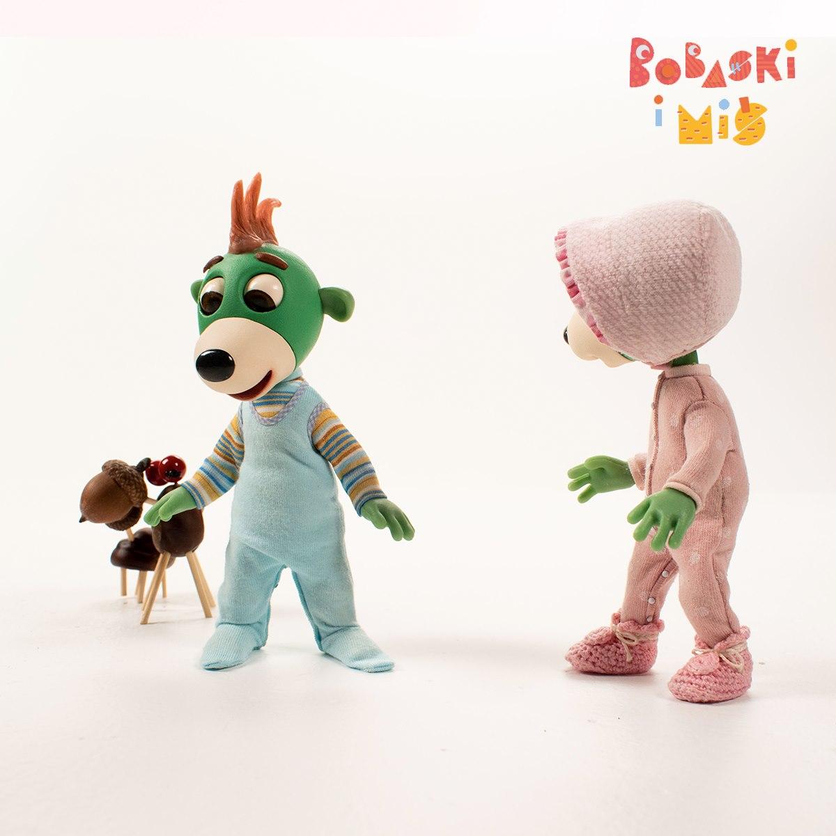 """""""Bobaski i Miś"""". Na zdjęciu dwa, zielone ludziki z bajki. // fot. fb.com/bobaskiimis"""