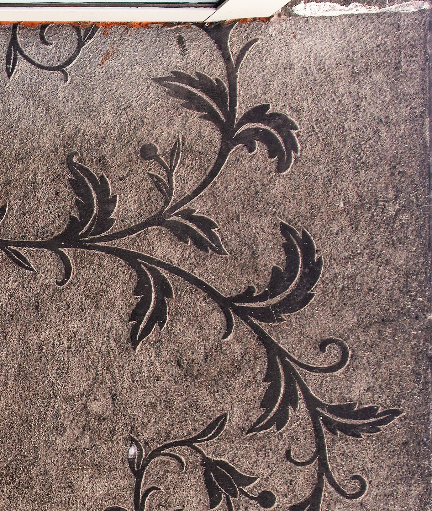 Dekoracja o motywie roślinnym, wykuta w tynku na suficie nad wejściem do kamienicy na Starowiejskiej (fragment)